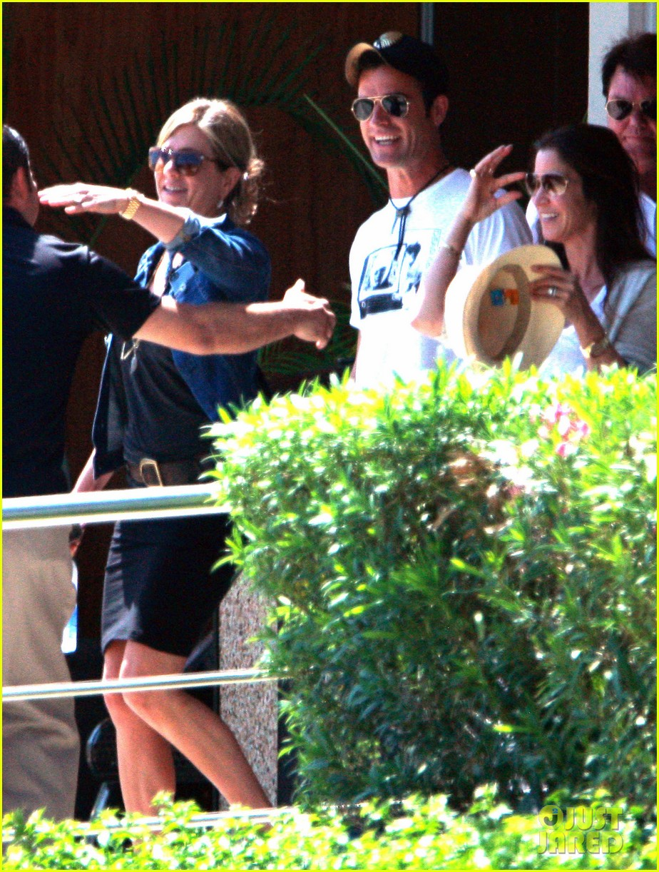 jennifer aniston justin theroux receive warm welcome in mexico 042933952