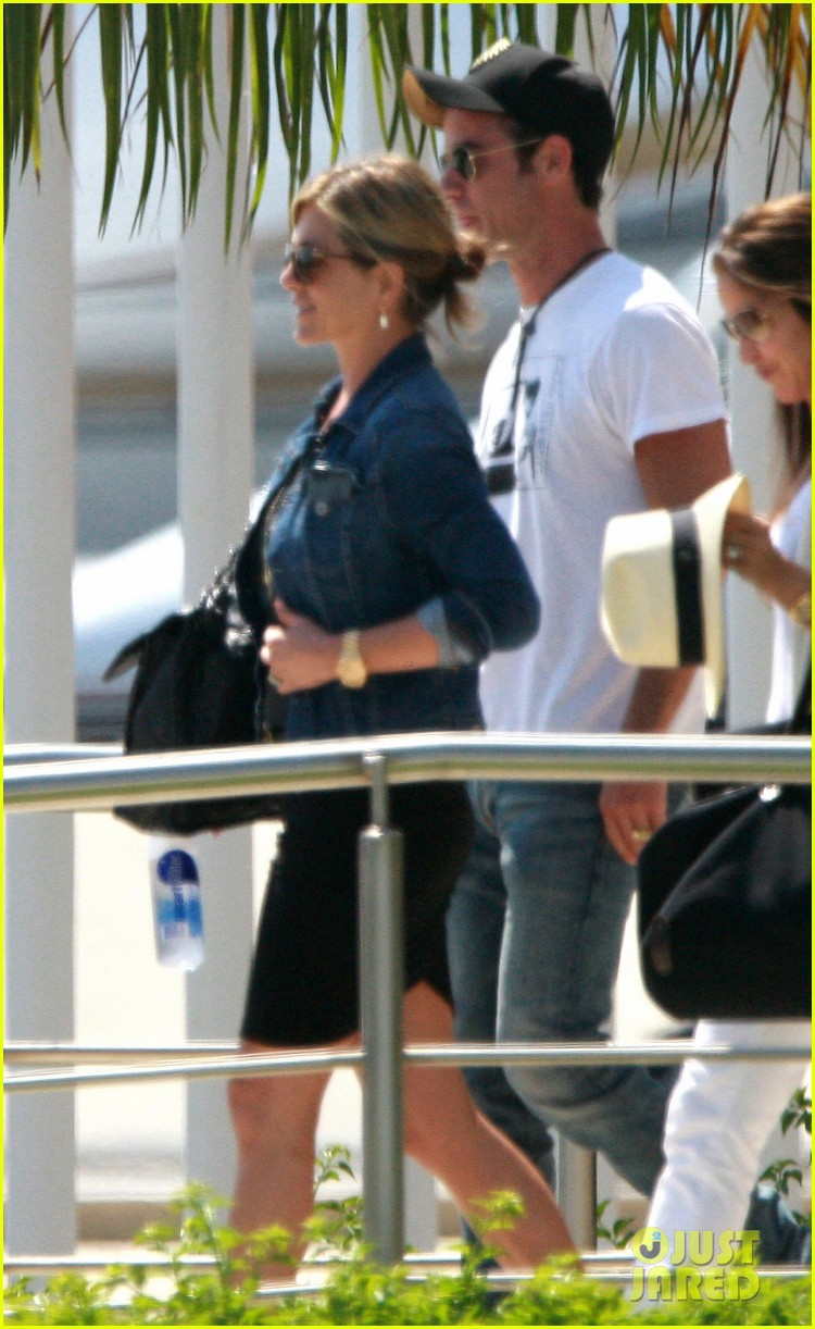 jennifer aniston justin theroux receive warm welcome in mexico 082933956