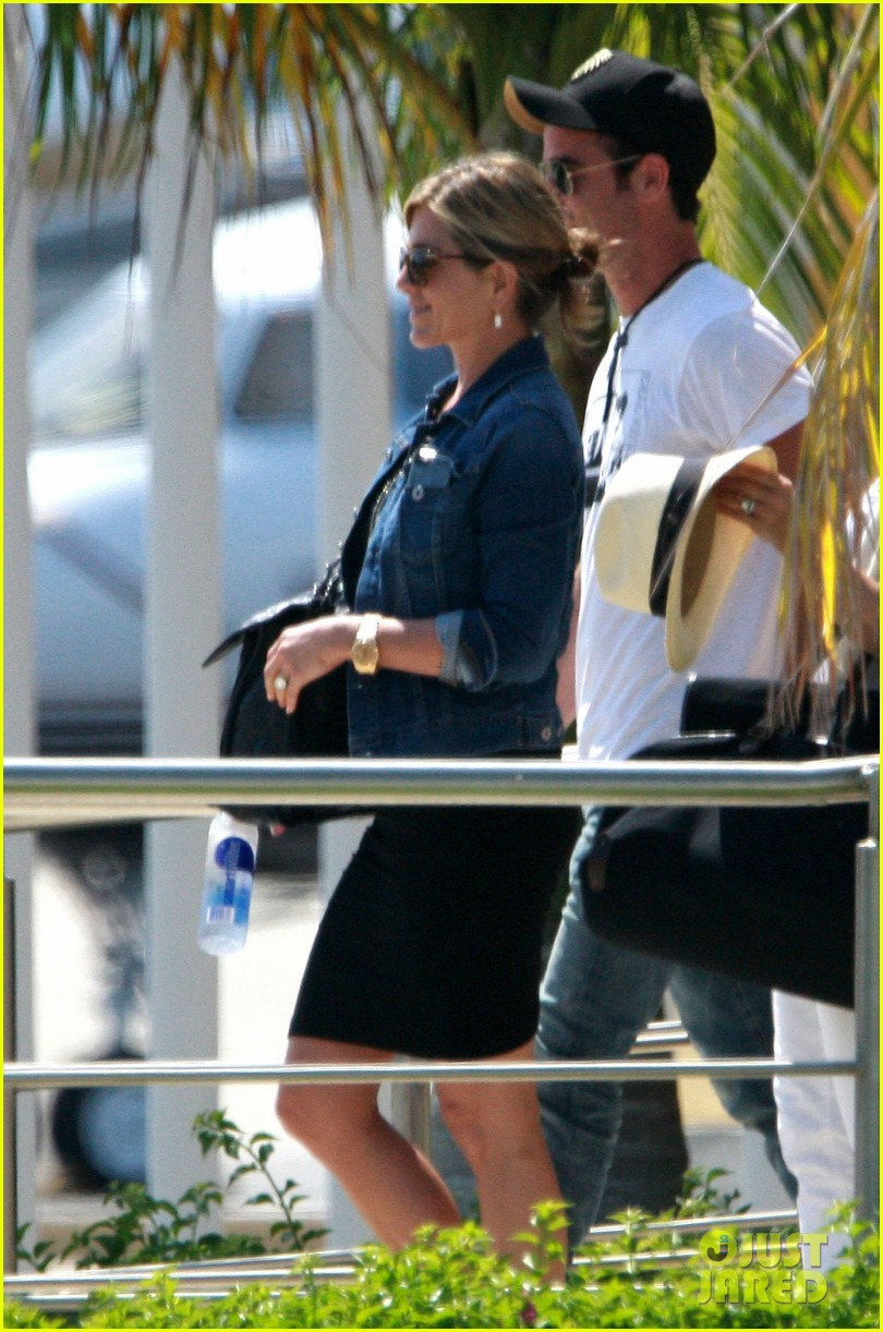 jennifer aniston justin theroux receive warm welcome in mexico 112933959