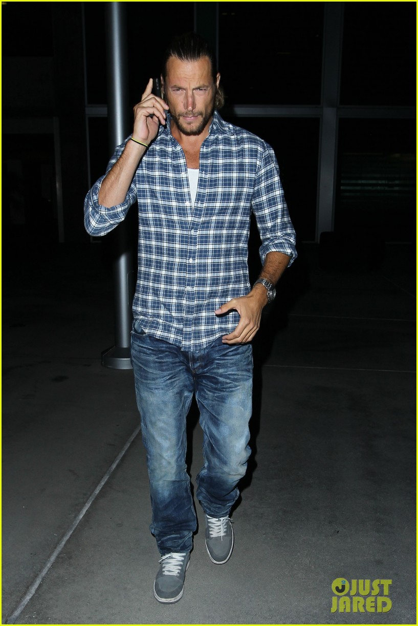 gabriel aubry catches evening movie at arclight 012922363