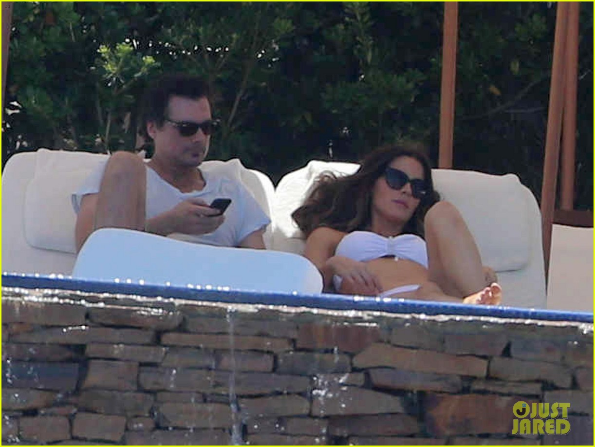 kate beckinsale white hot bikini babe with hubby len wiseman 152935681