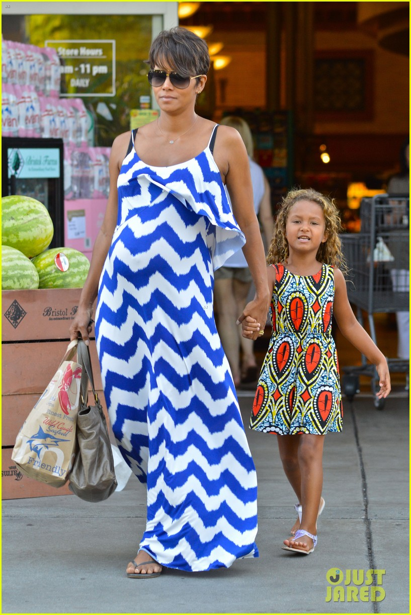 halle berry shows off large baby bump at bristol farms 012940358