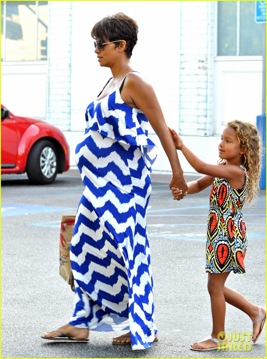 halle berry shows off large baby bump at bristol farms 022940359