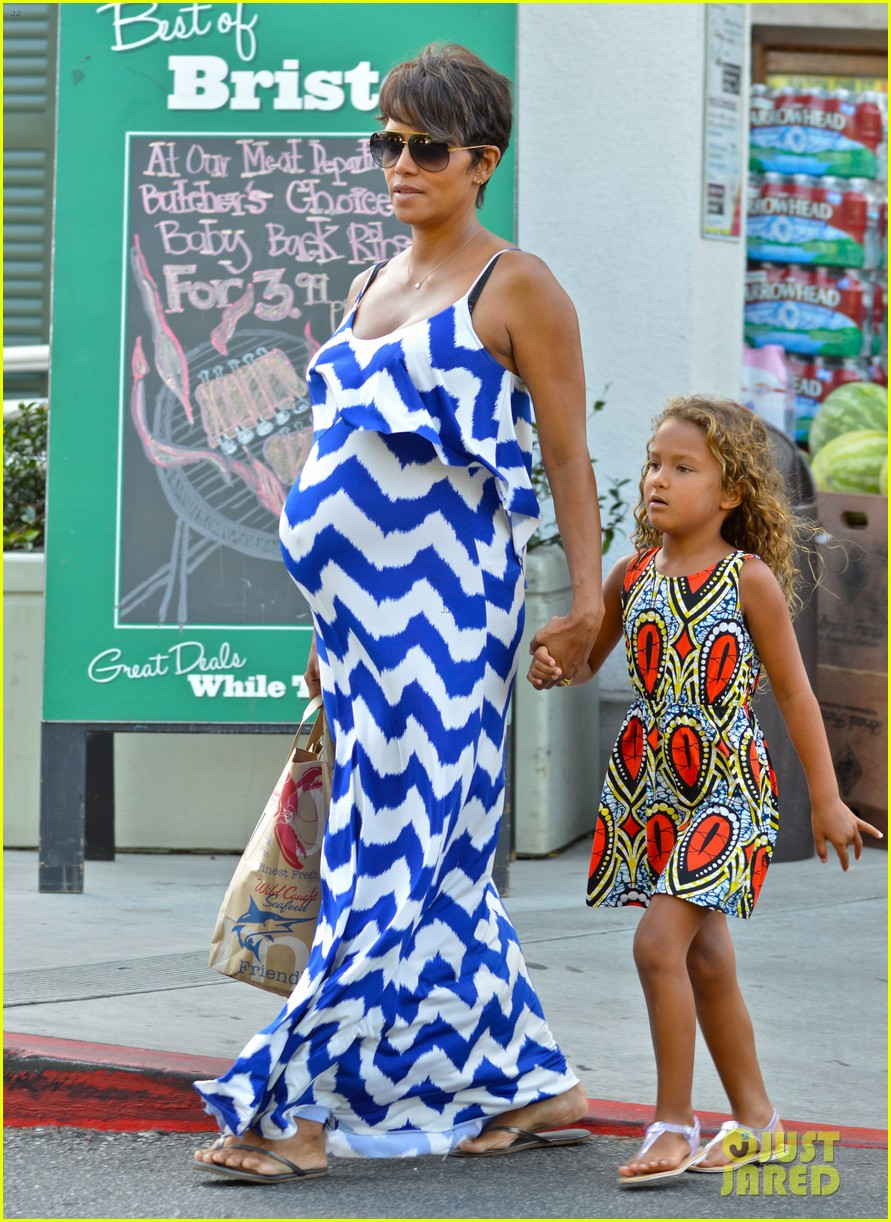 halle berry shows off large baby bump at bristol farms 032940360