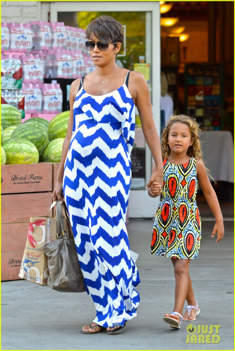 halle berry shows off large baby bump at bristol farms 042940361