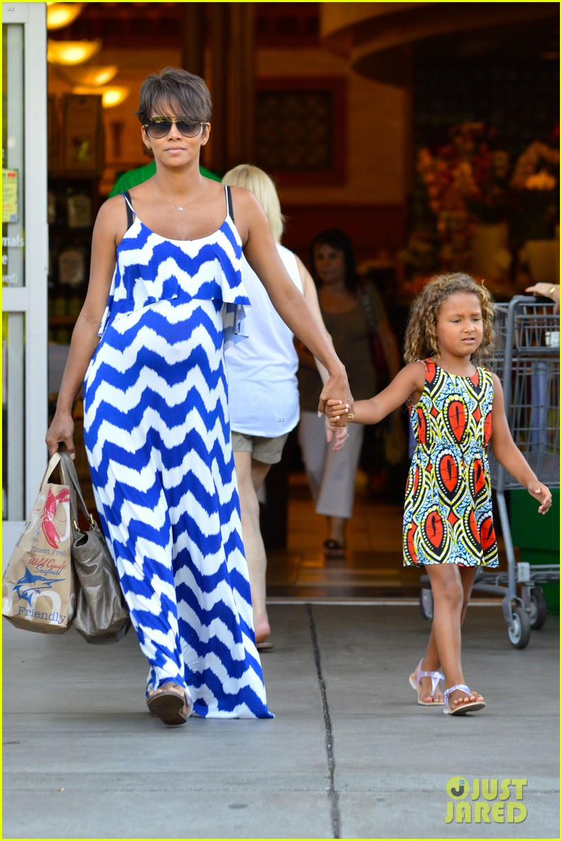 halle berry shows off large baby bump at bristol farms 062940363