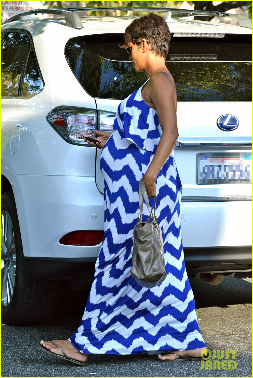 halle berry shows off large baby bump at bristol farms 082940365