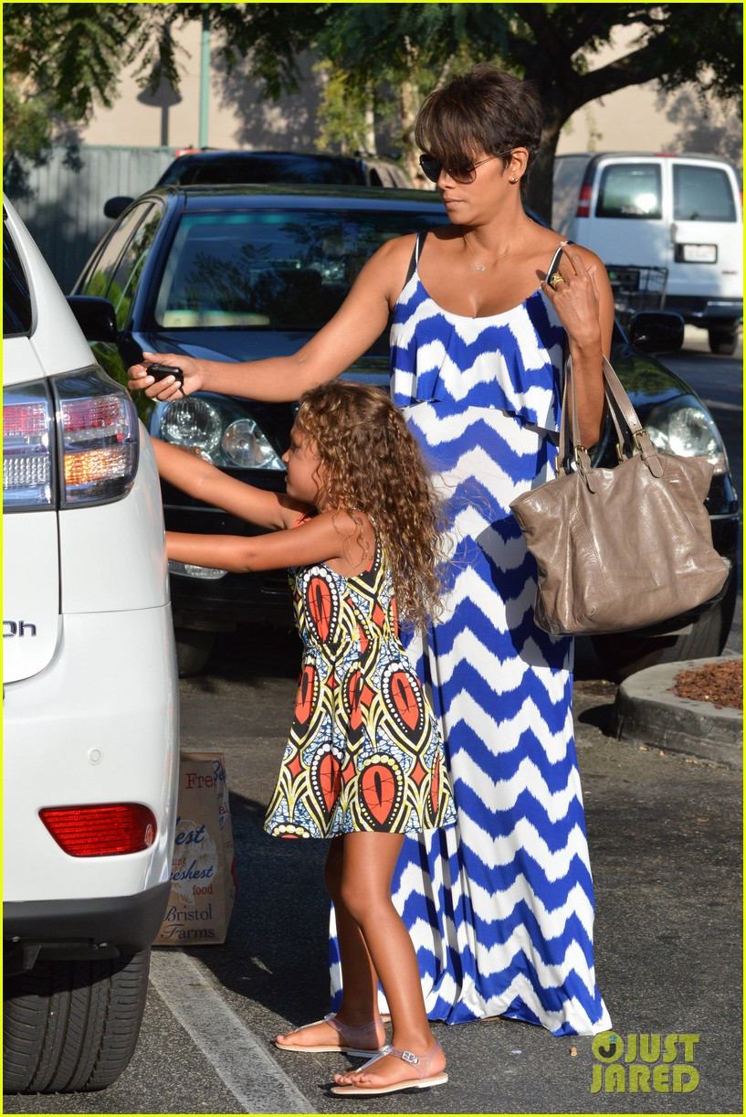 halle berry shows off large baby bump at bristol farms 102940367