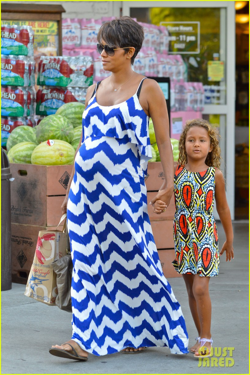halle berry shows off large baby bump at bristol farms 142940371