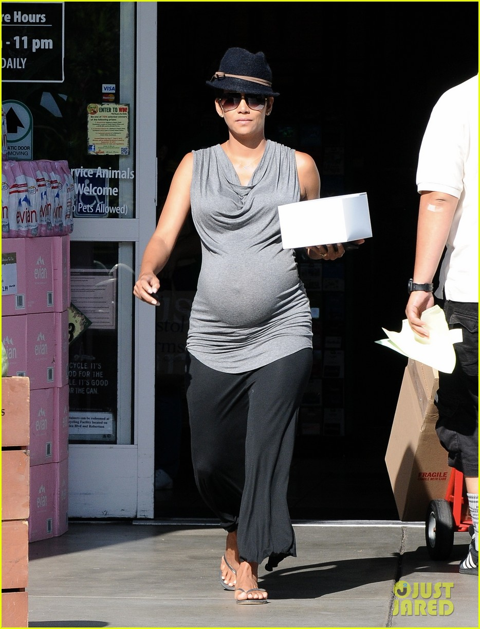 halle berry pregnant pastry run 032940754