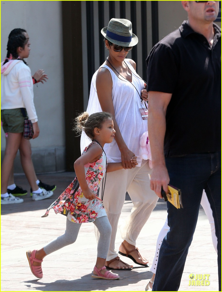 halle berry nahla universal studios hollywood fun 012925023