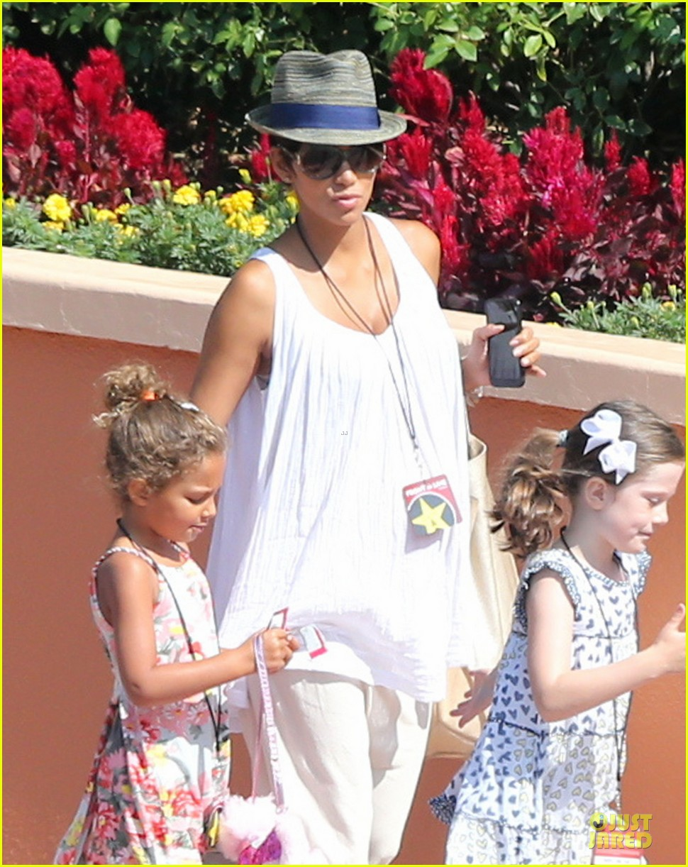 halle berry nahla universal studios hollywood fun 022925024