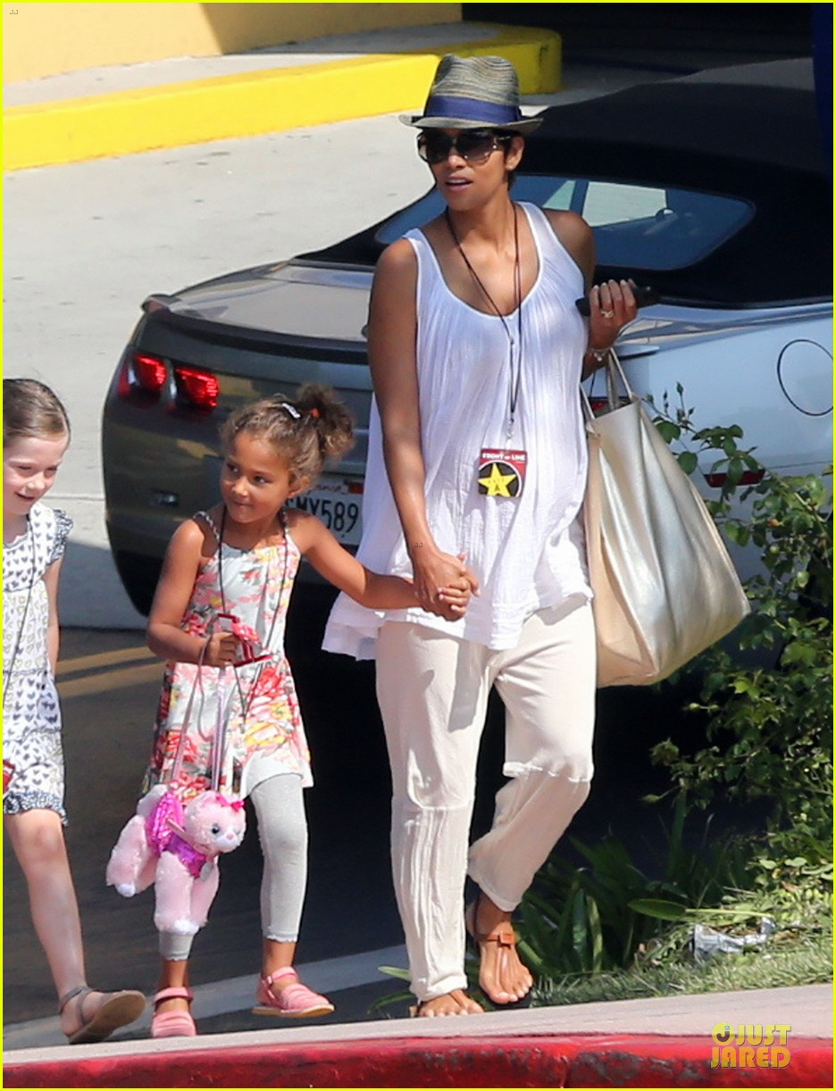halle berry nahla universal studios hollywood fun 032925025