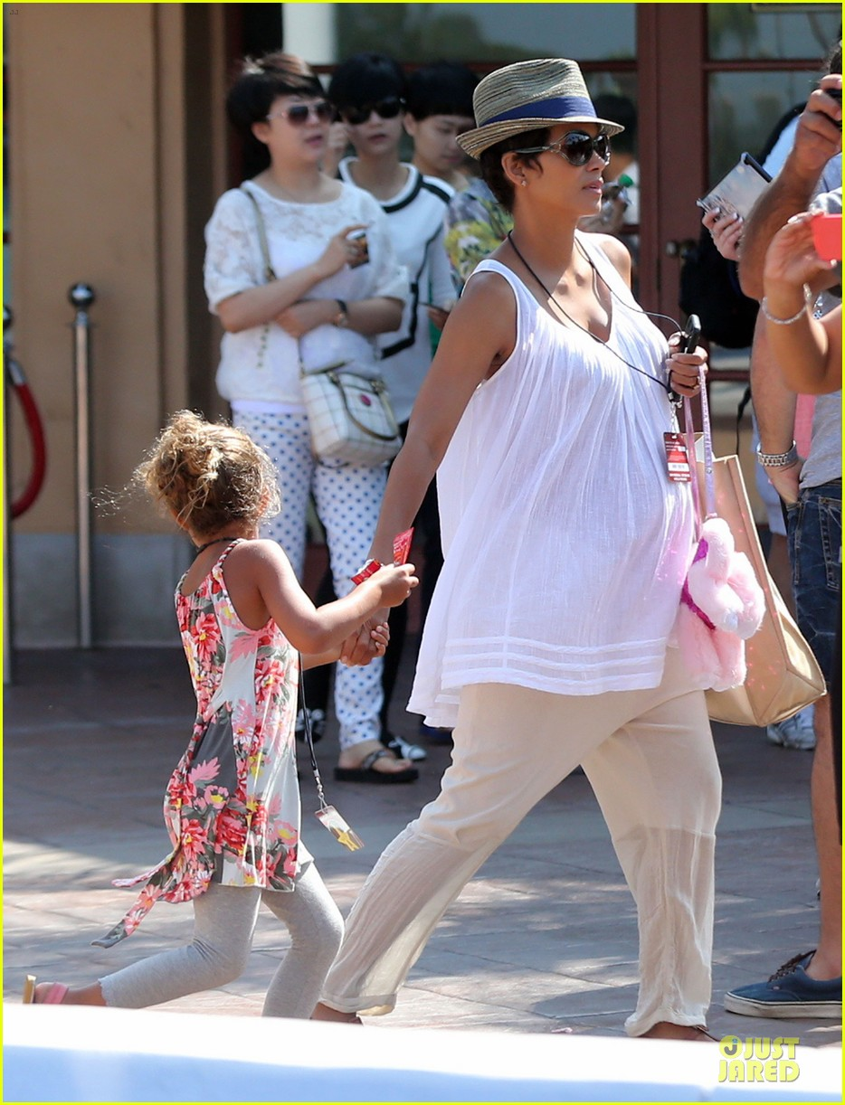 halle berry nahla universal studios hollywood fun 042925026