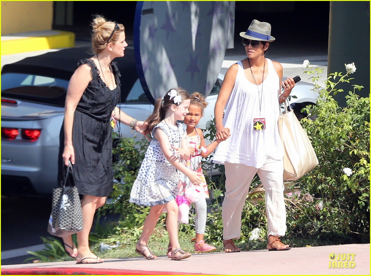 halle berry nahla universal studios hollywood fun 12