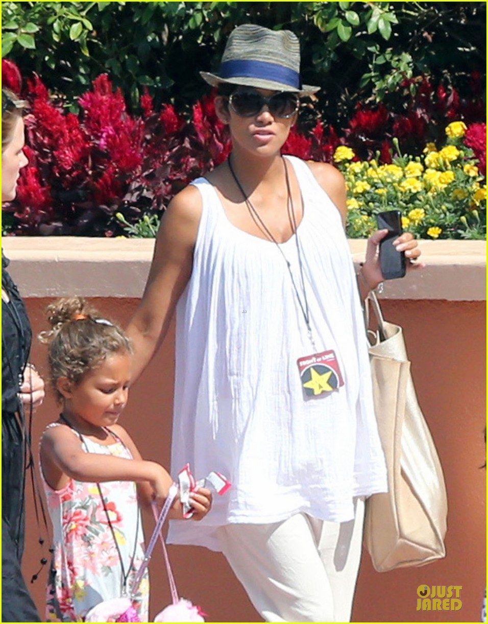 halle berry nahla universal studios hollywood fun 172925039