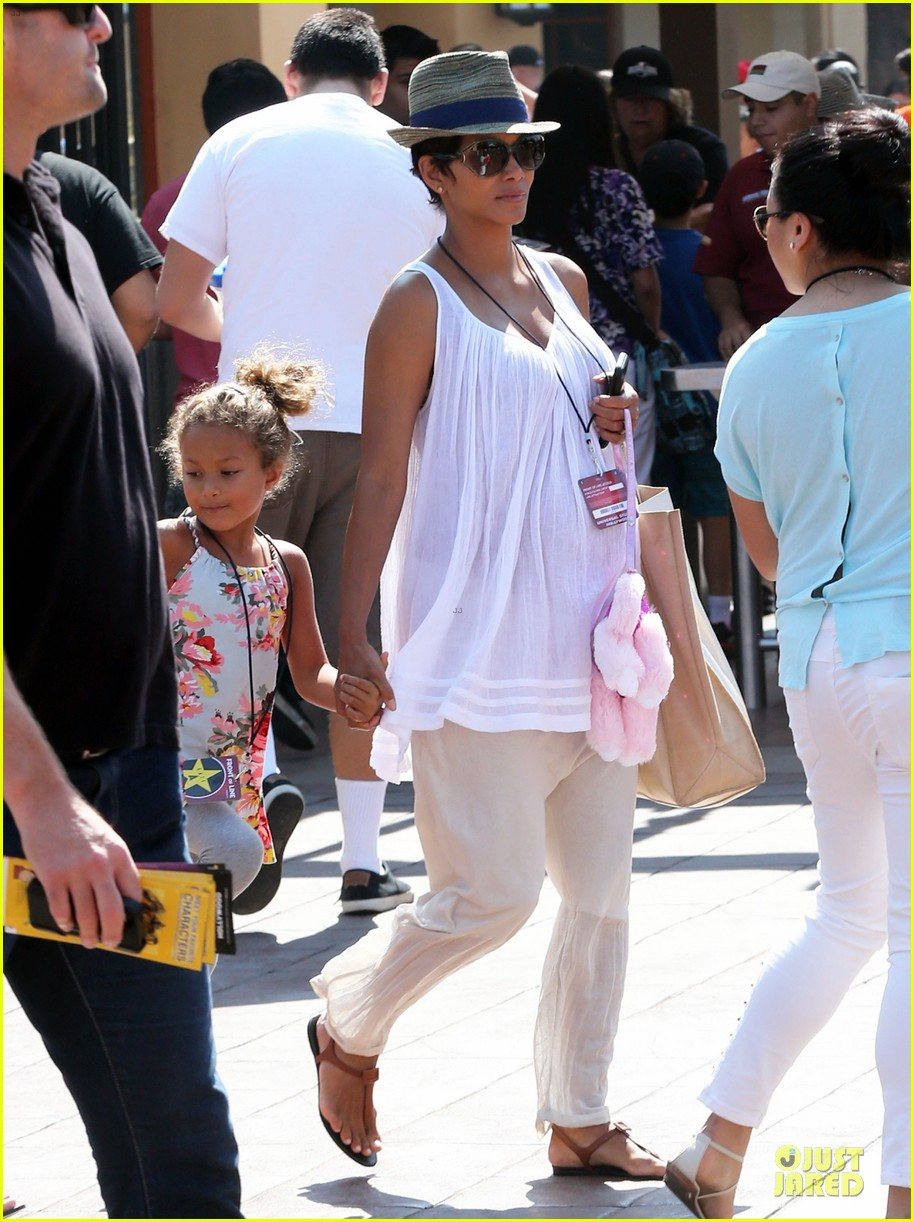 halle berry nahla universal studios hollywood fun 272925049