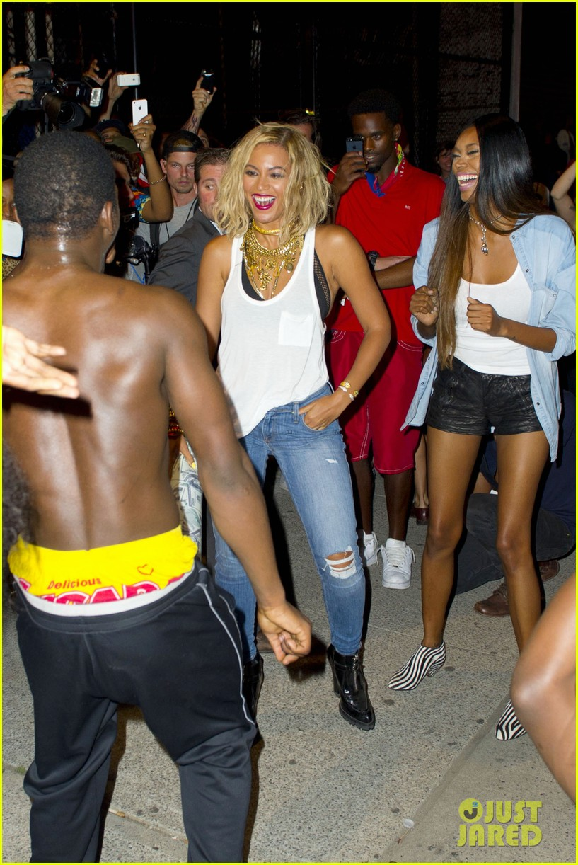 beyonce has dance off at coney island wears pink bow 03