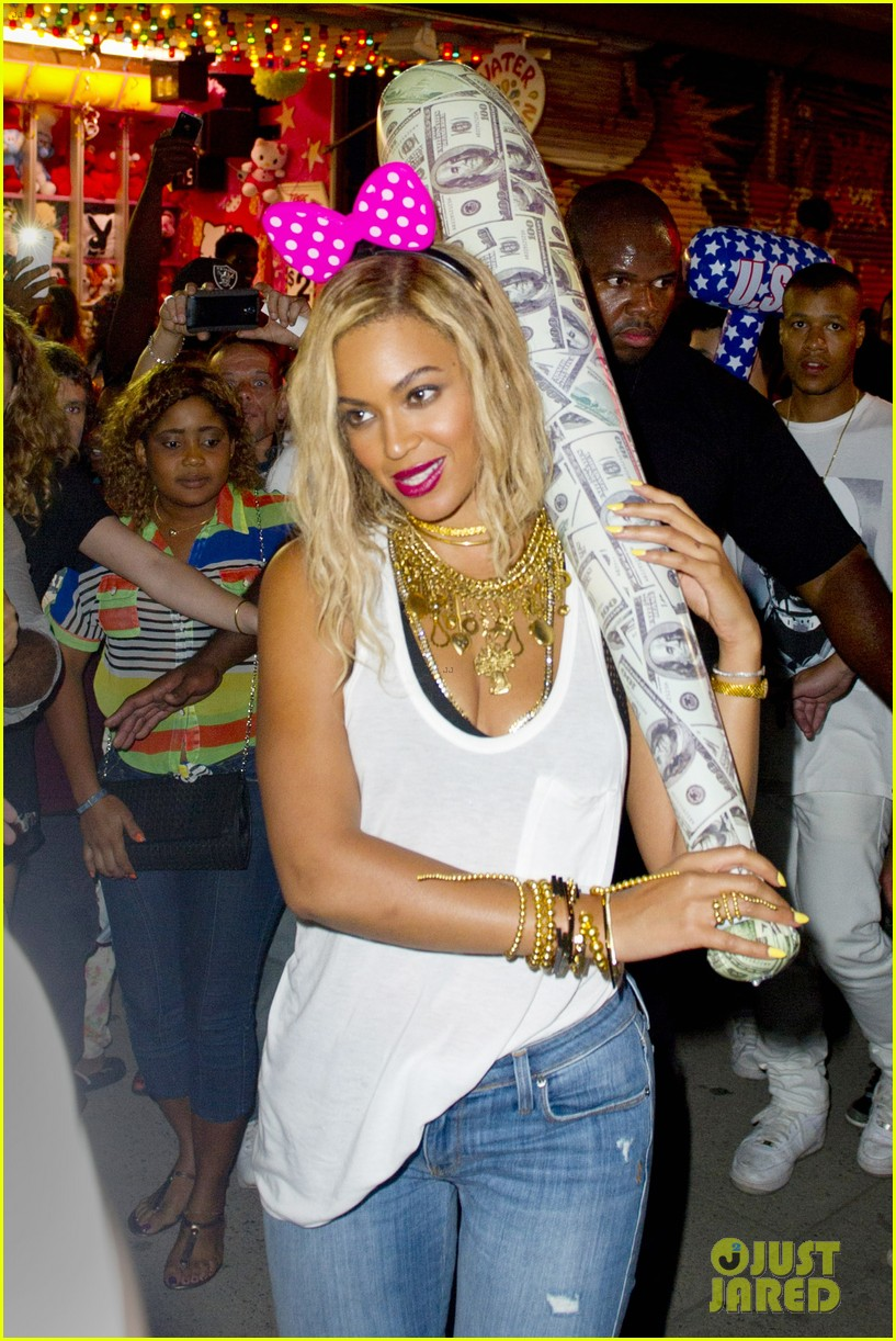 beyonce has dance off at coney island wears pink bow 042940444