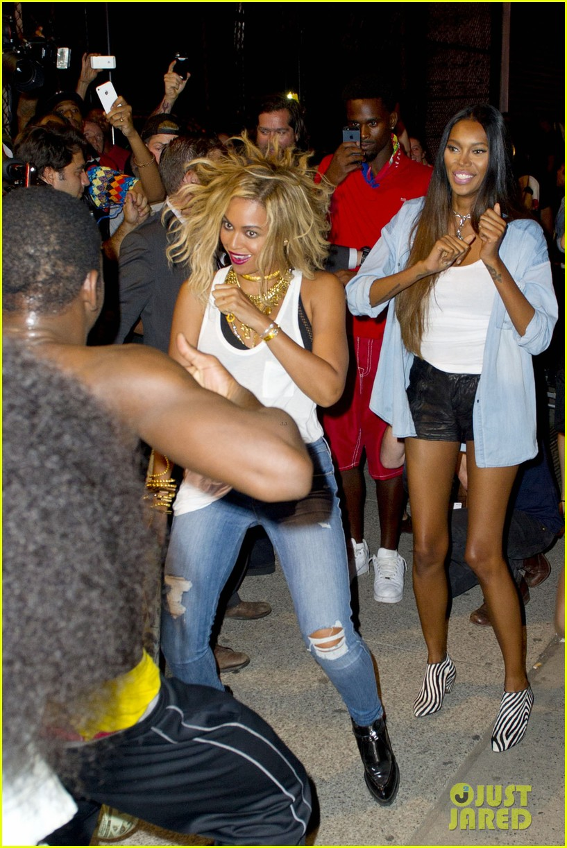 beyonce has dance off at coney island wears pink bow 062940446