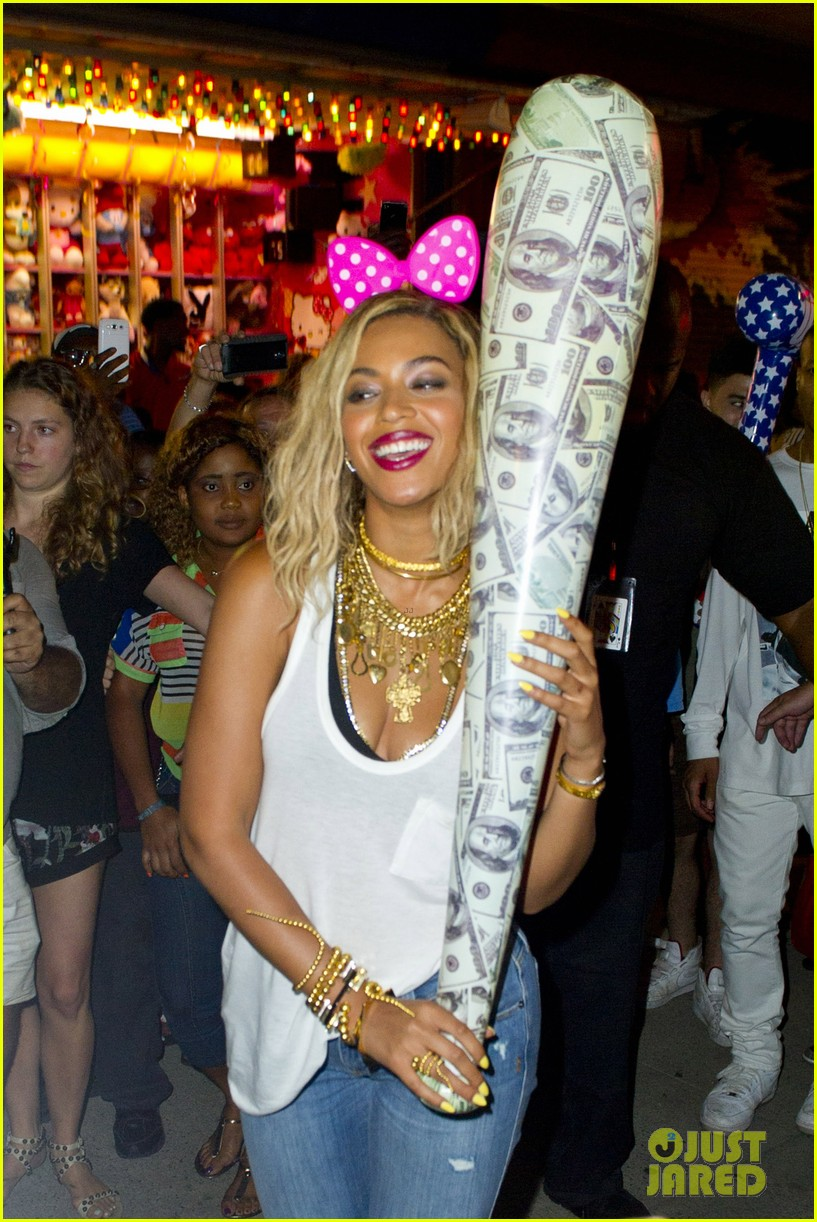 beyonce has dance off at coney island wears pink bow 09