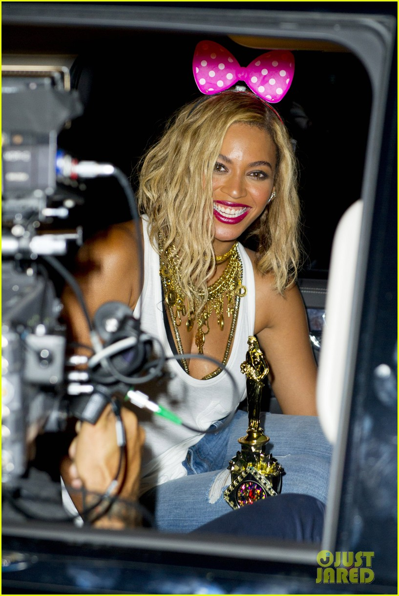 beyonce has dance off at coney island wears pink bow 102940450