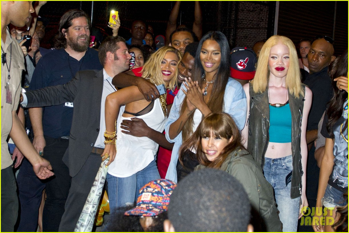 beyonce has dance off at coney island wears pink bow 122940452