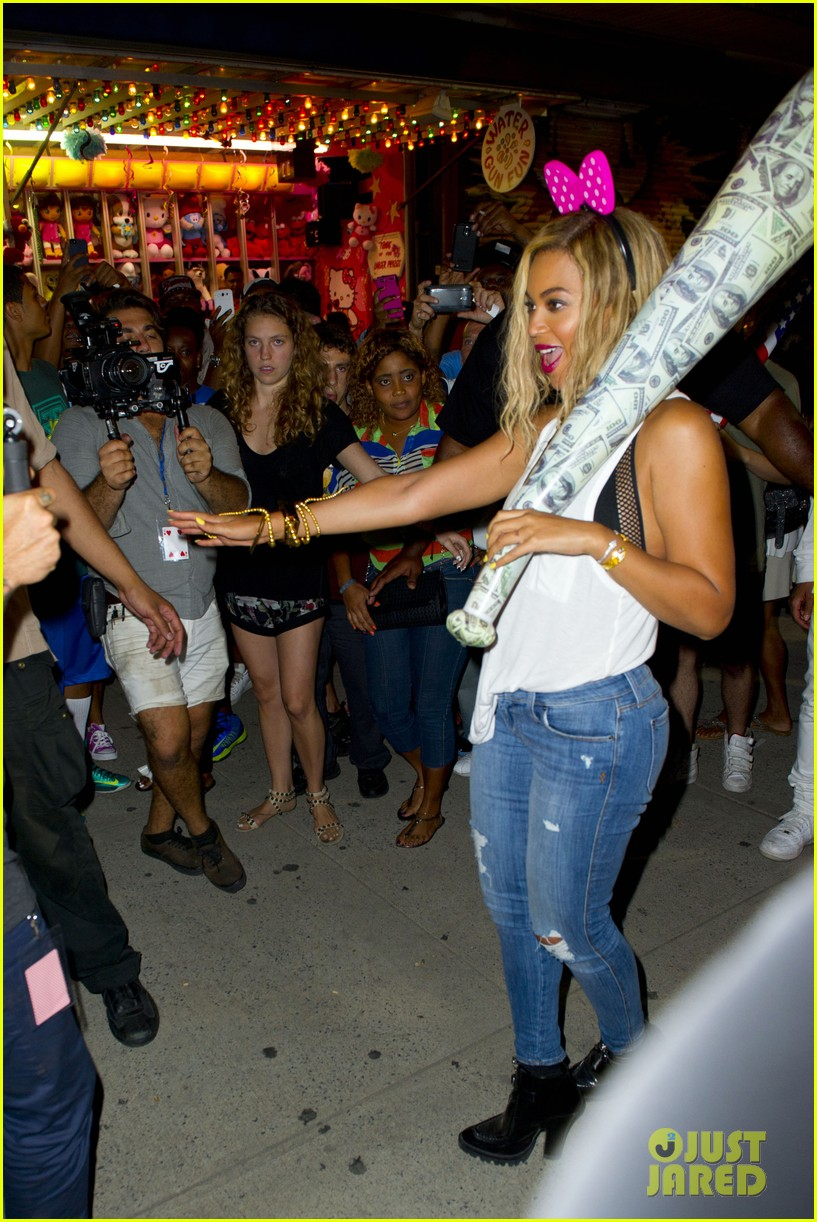 beyonce has dance off at coney island wears pink bow 132940453