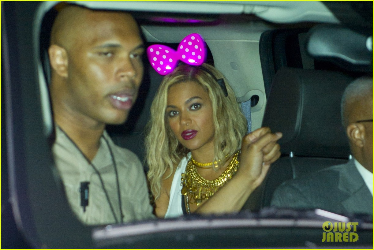 beyonce has dance off at coney island wears pink bow 152940455