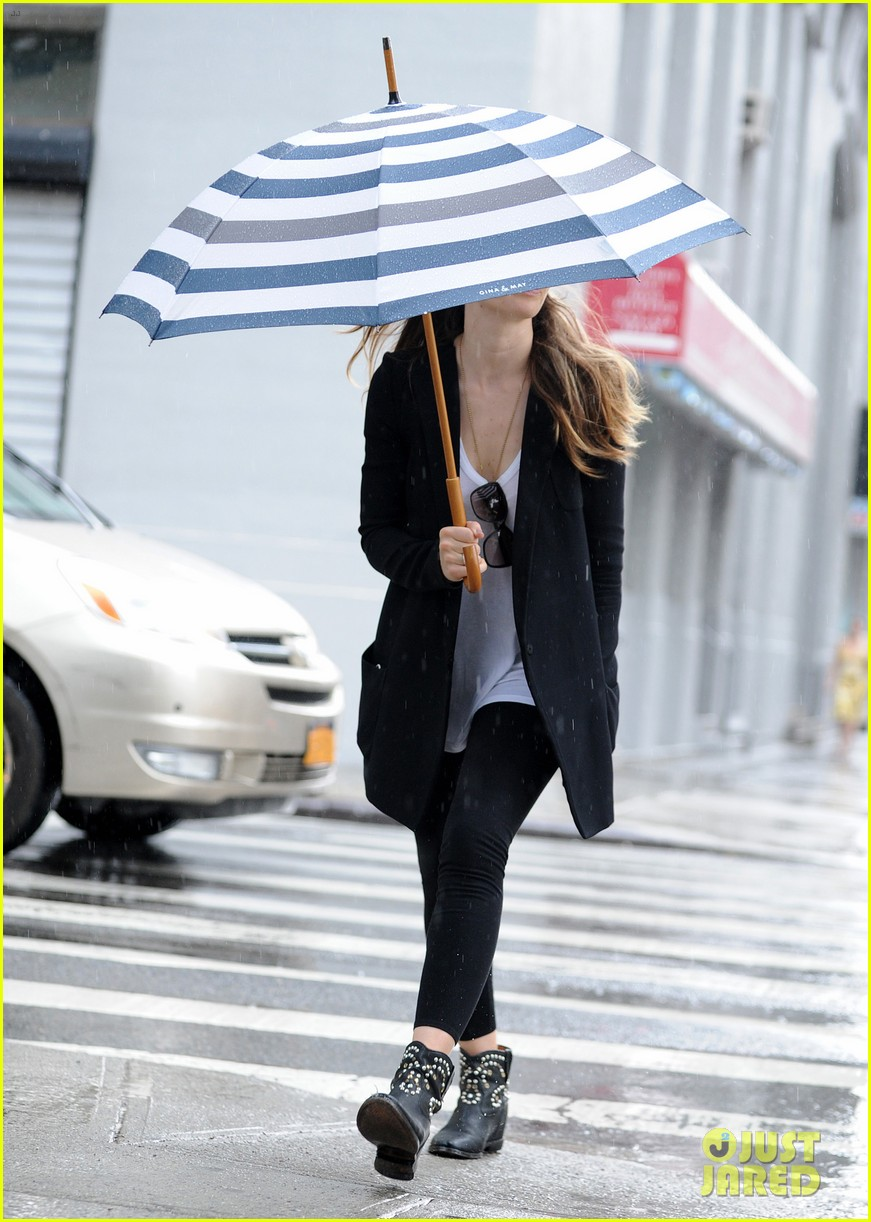 jessica biel rainy day in nyc 032939976