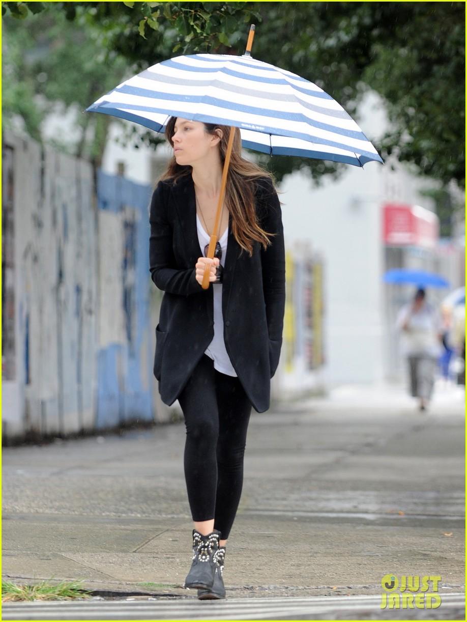 jessica biel rainy day in nyc 062939979