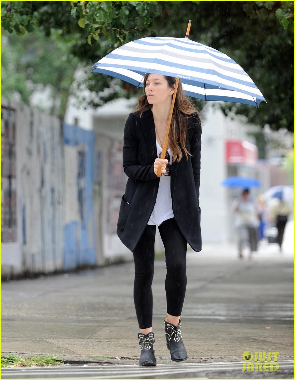jessica biel rainy day in nyc 072939980