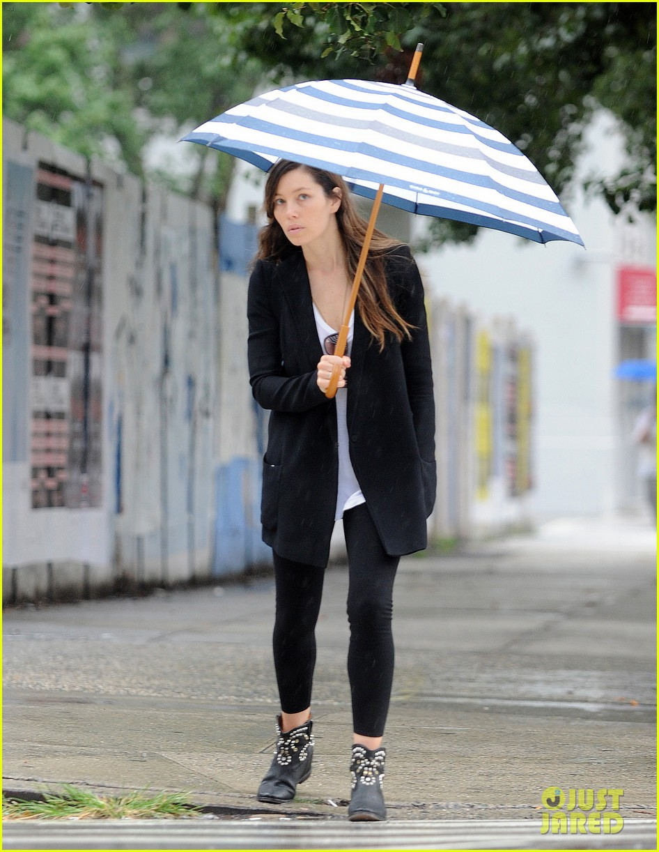 jessica biel rainy day in nyc 082939981