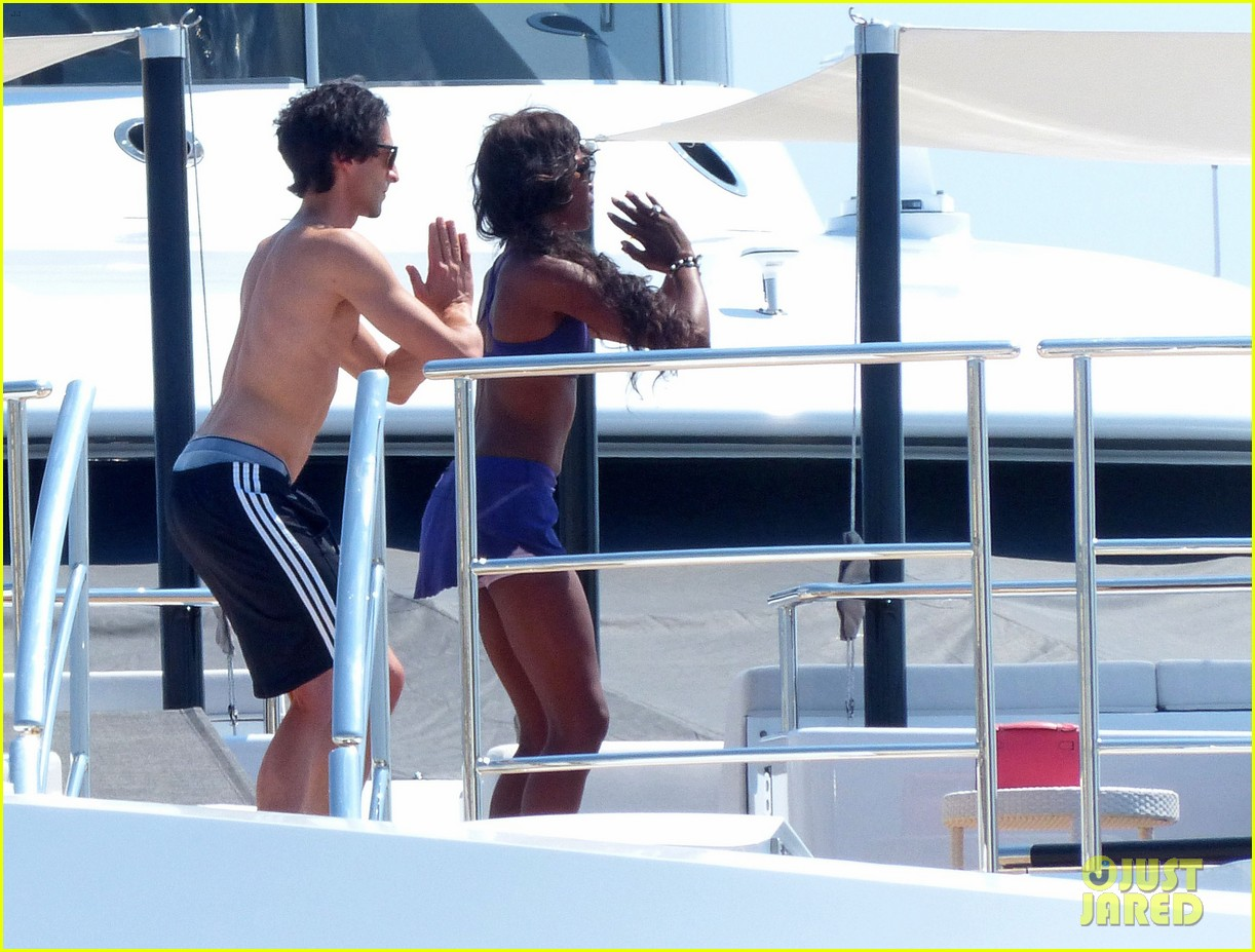 adrien brody shirtless yacht yoga with naomi campbell 01