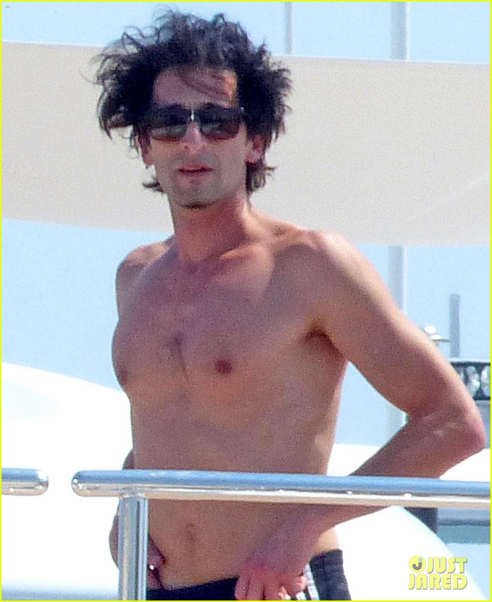 adrien brody shirtless yacht yoga with naomi campbell 02