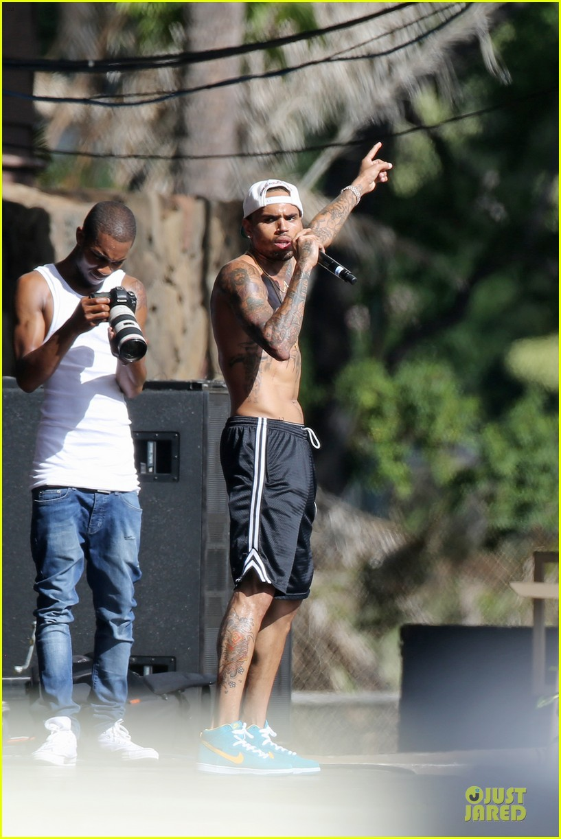 chris brown shirtless for hawaiian rehearsal 06