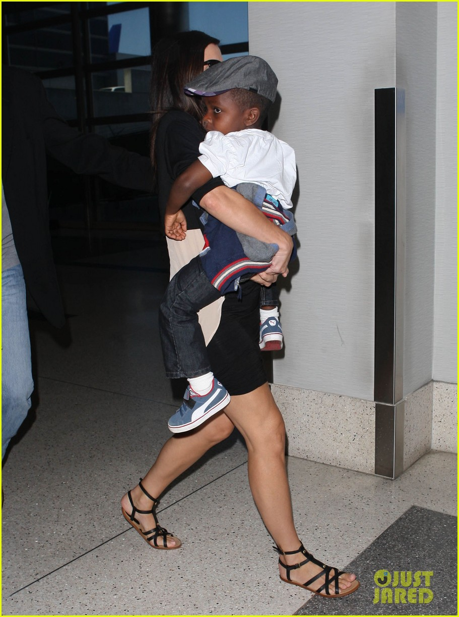 sandra bullock catches a flight with louis 01