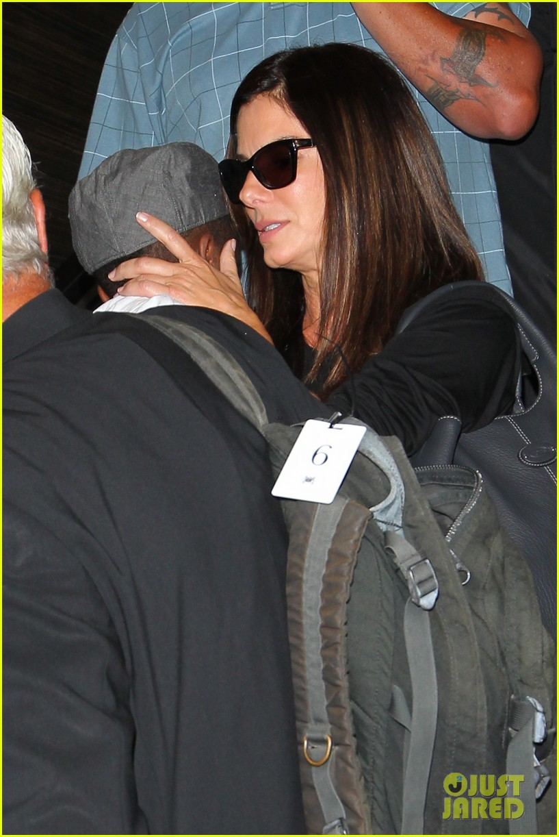 sandra bullock catches a flight with louis 022935821