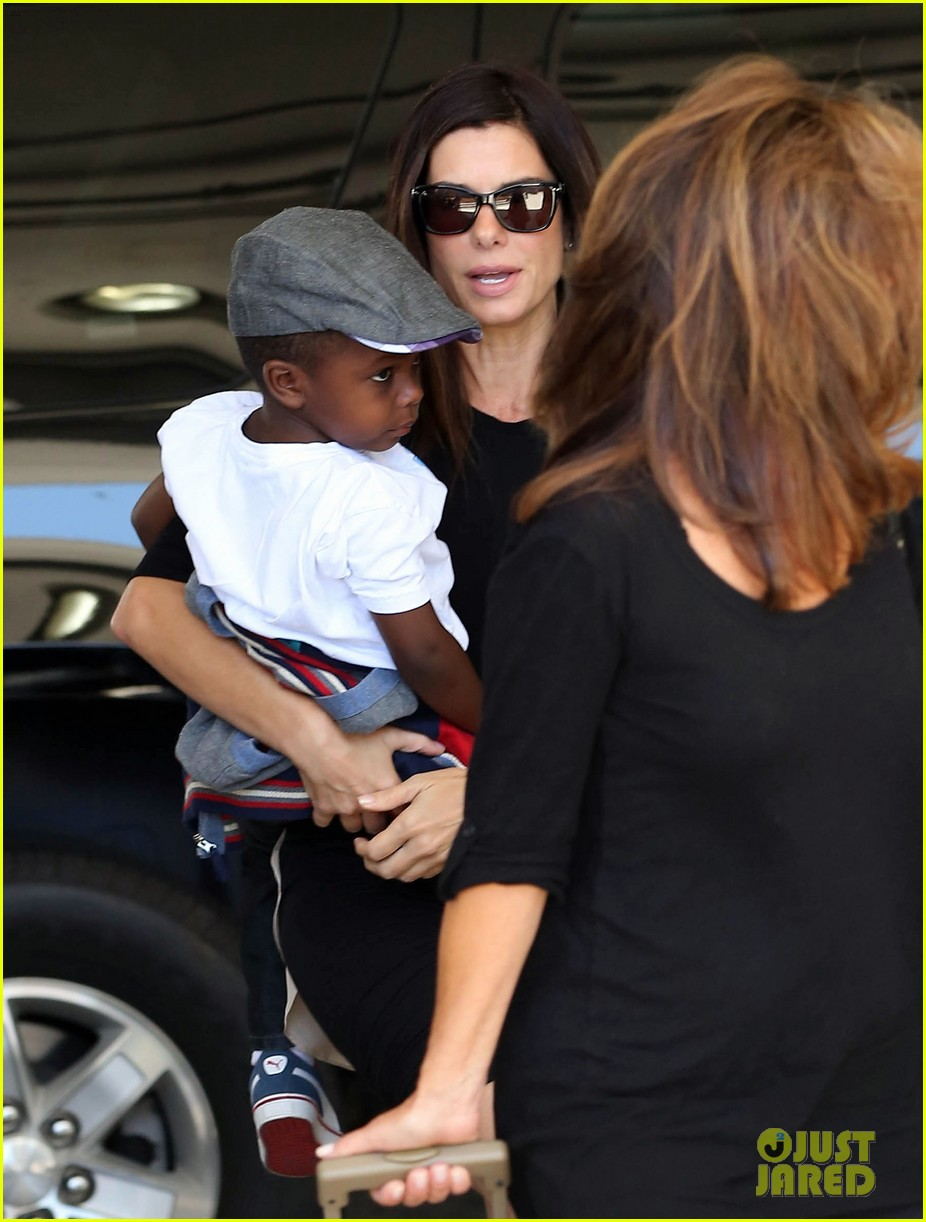 sandra bullock catches a flight with louis 042935823