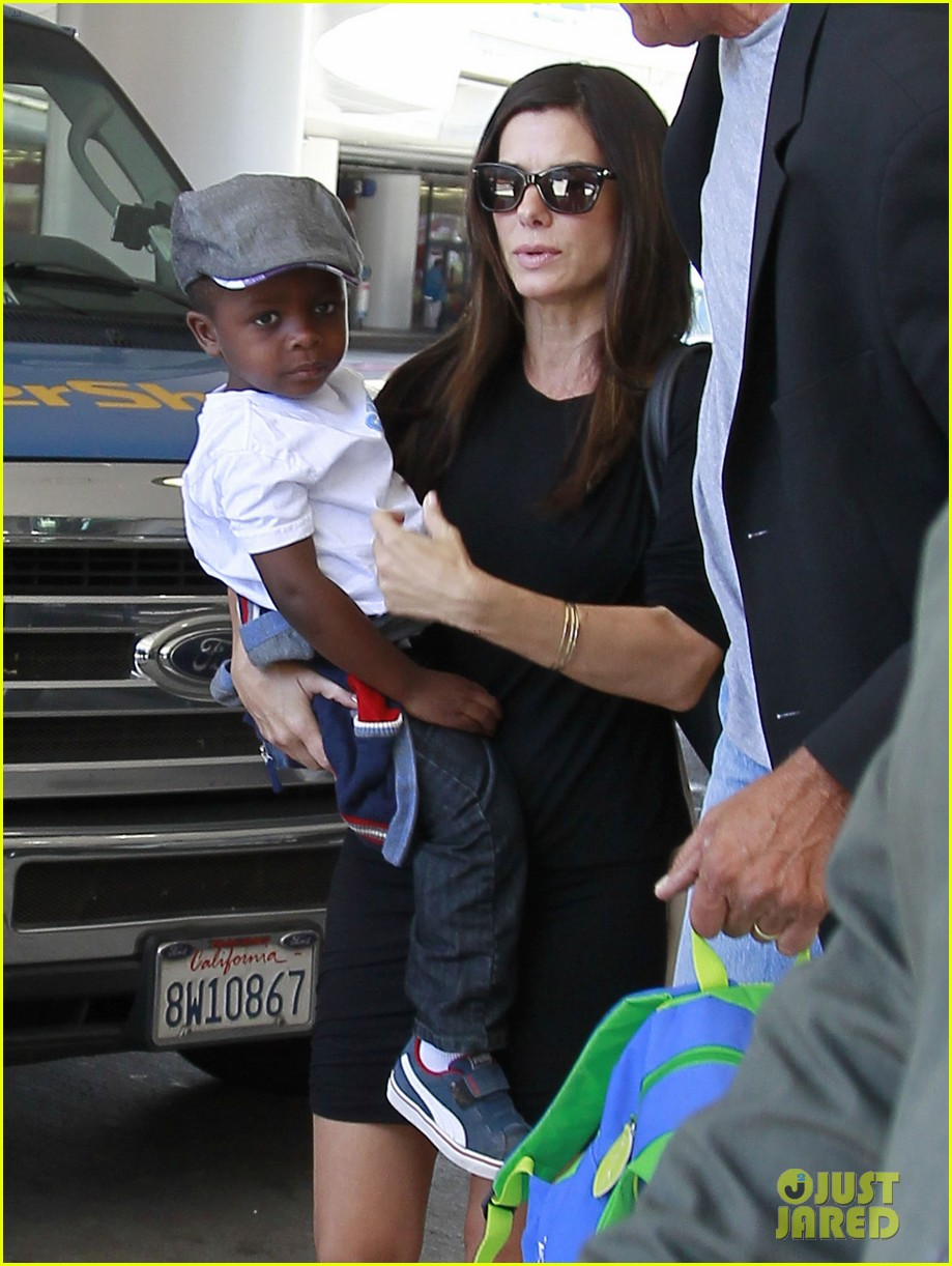 sandra bullock catches a flight with louis 062935825