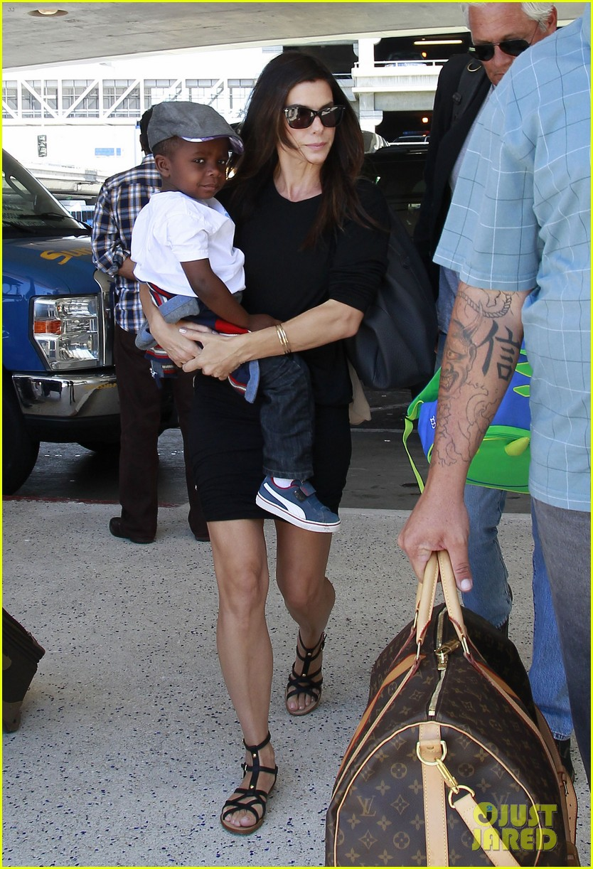 sandra bullock catches a flight with louis 08