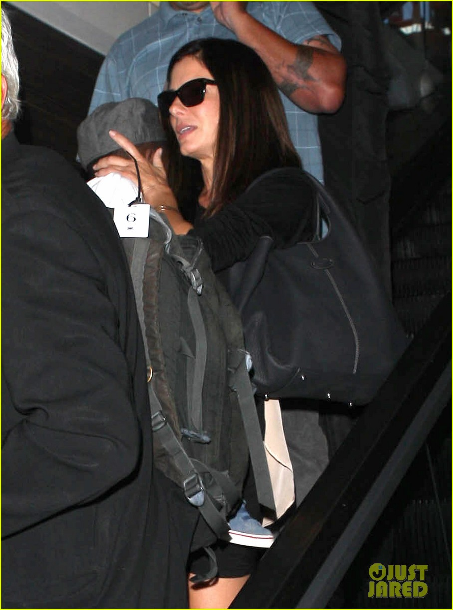 sandra bullock catches a flight with louis 142935833