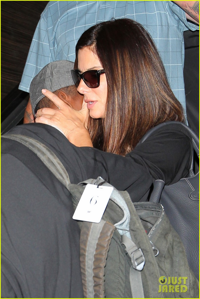 sandra bullock catches a flight with louis 162935835
