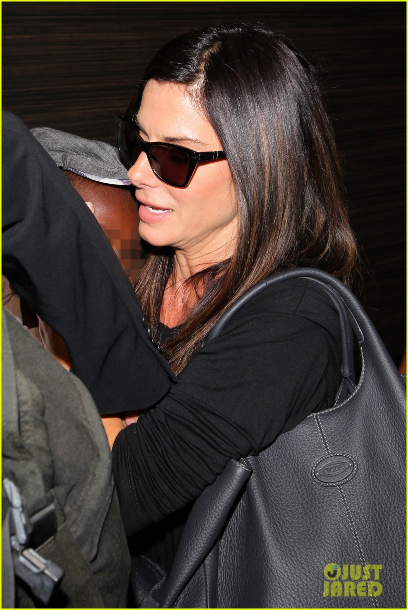 sandra bullock catches a flight with louis 172935836