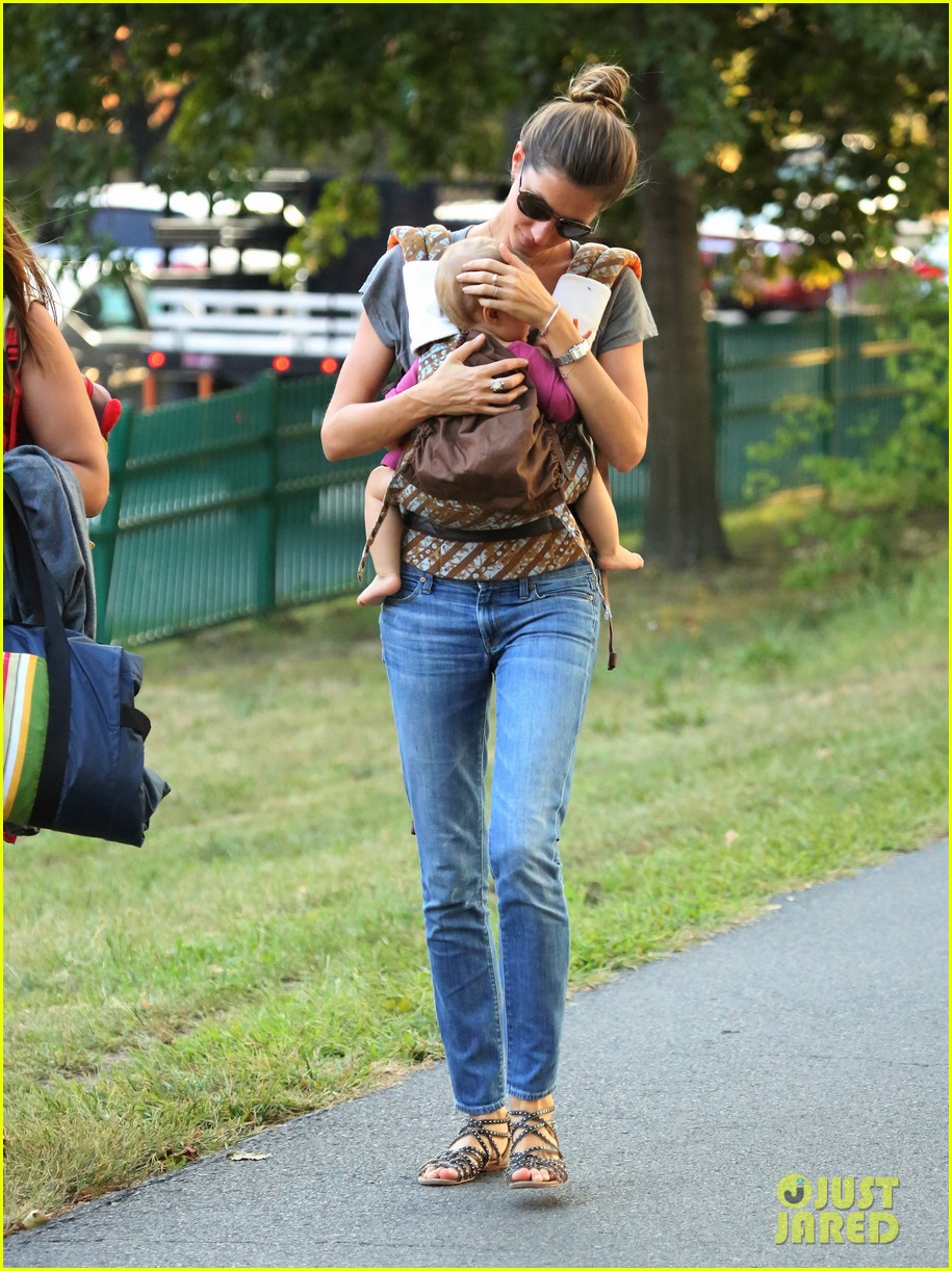 gisele bundchen tom brady visit boston park with the kids 012941114