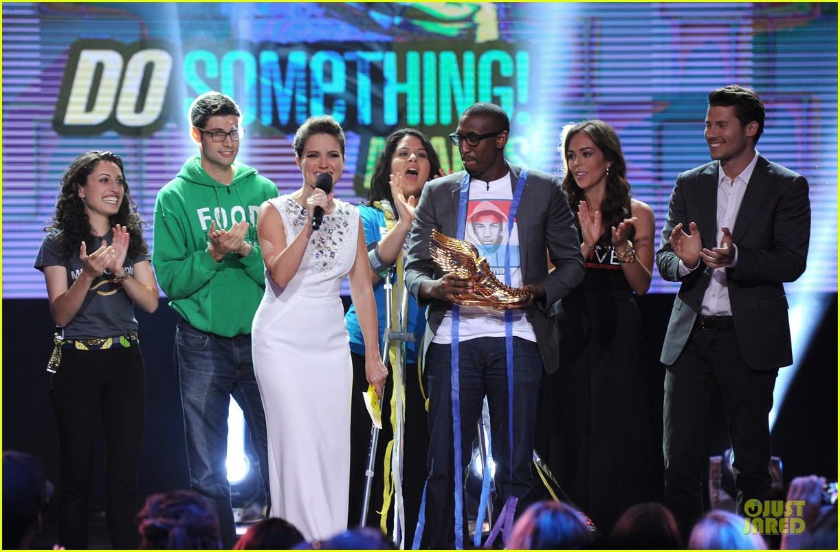 sophia bush host do something awards in different dresses 012921251