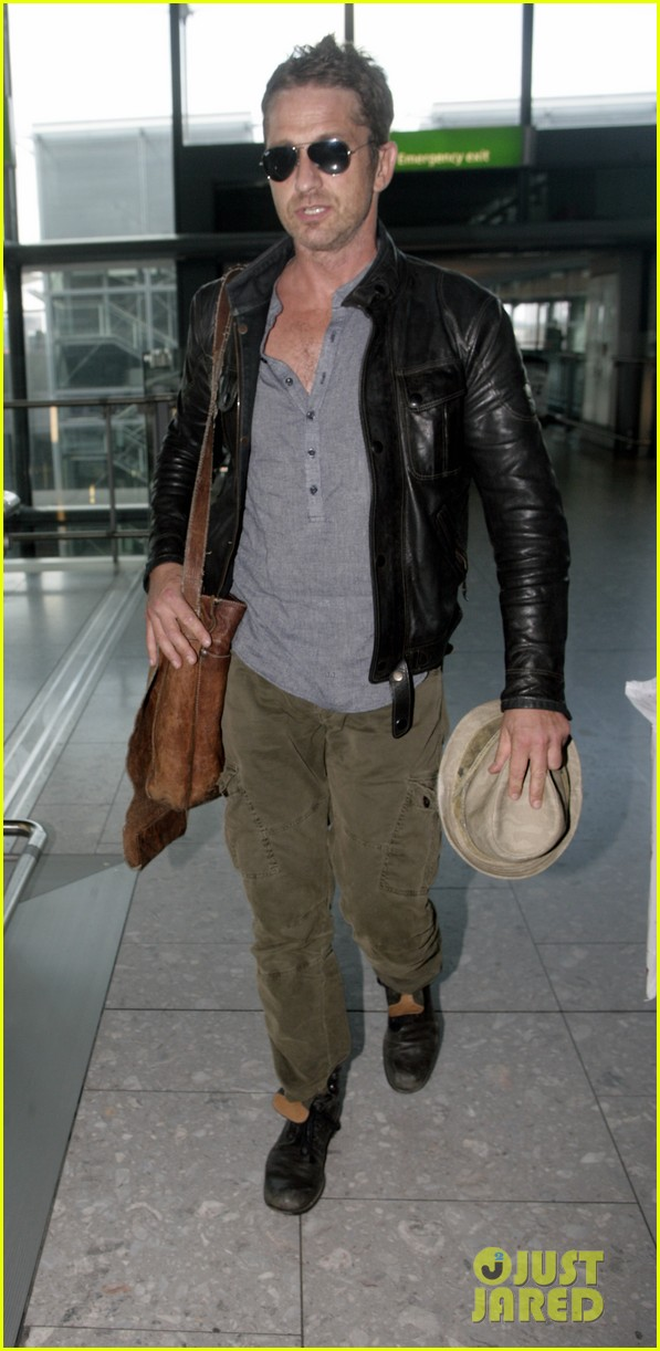 gerard butler flies the skies out of heathrow 012924732