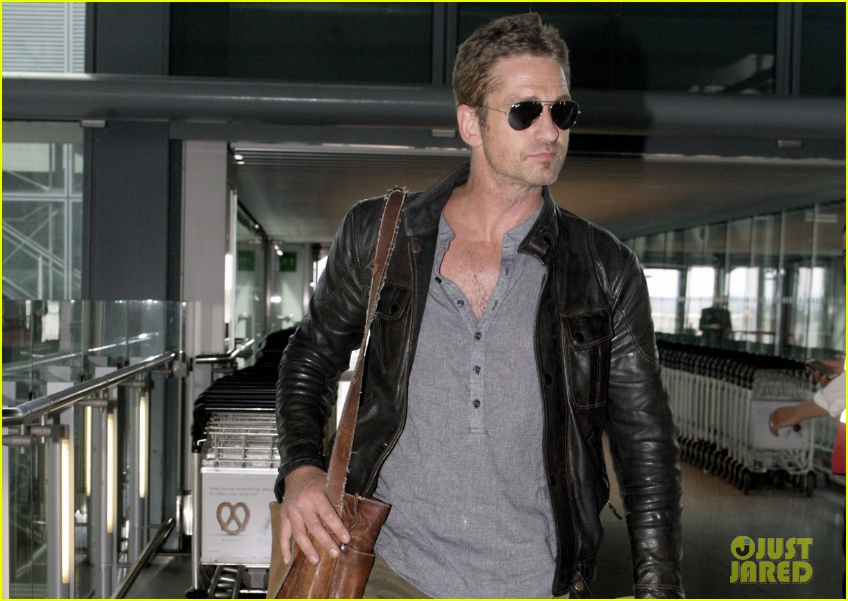 gerard butler flies the skies out of heathrow 022924733