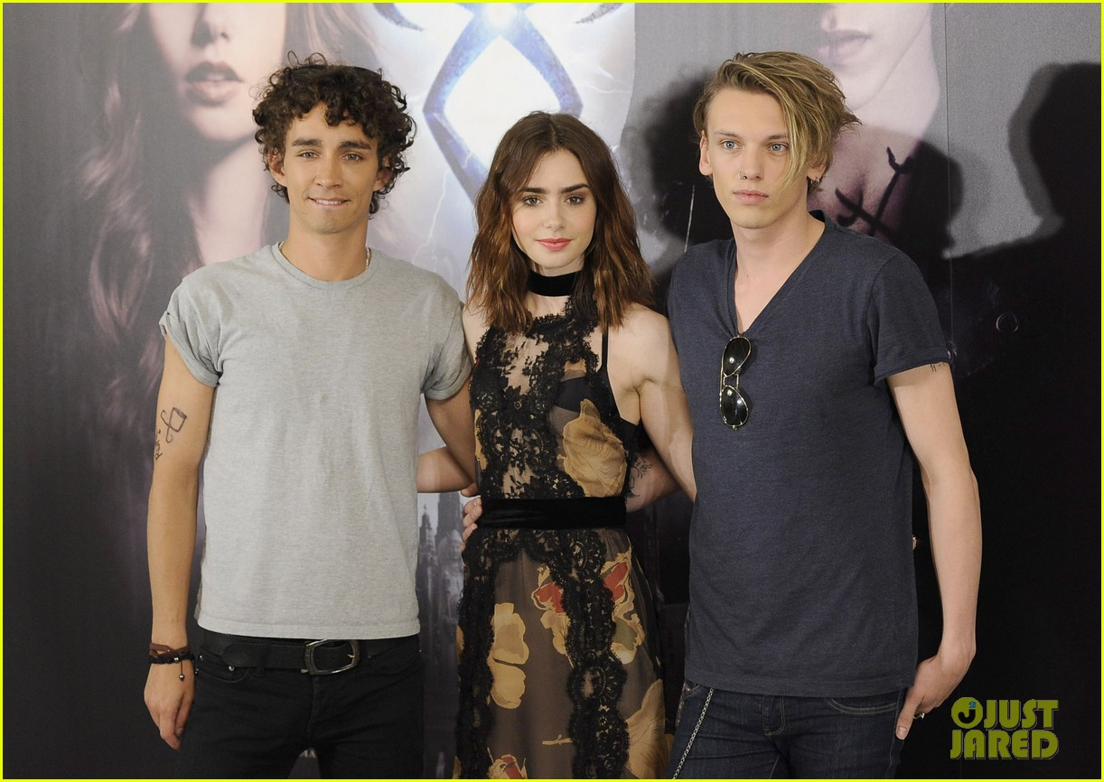lily collins jamie campbell bower mortal instruments madrid photo call 182935486