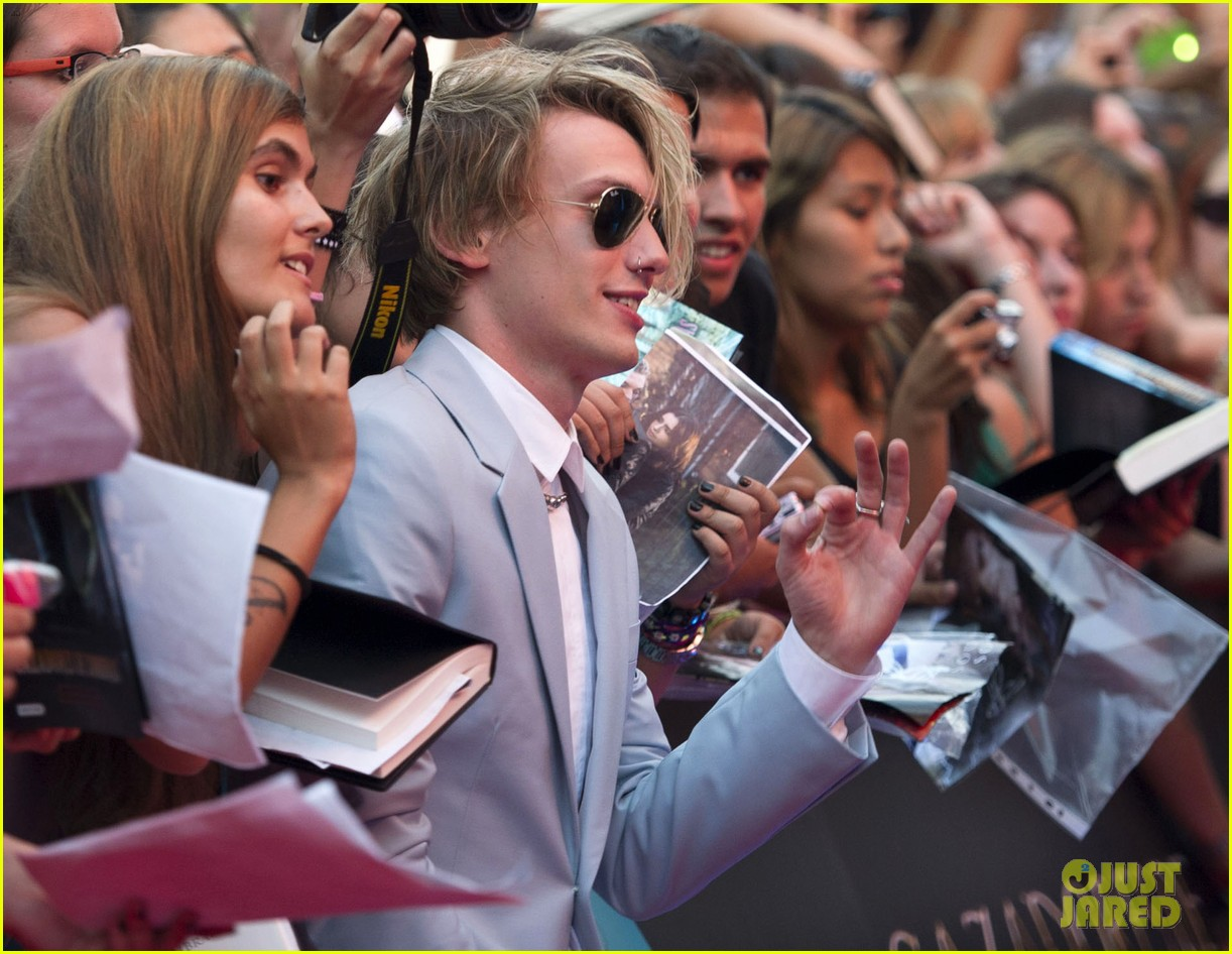 lily collins jamie campbell bower mortal instruments madrid premiere 082935597
